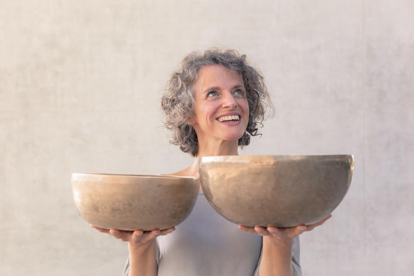 Bettina Salomon arbeitet mit Klangschalen